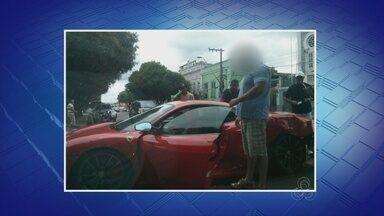 Motorista perde controle e bate Ferrari em árvore, no Centro de Manaus - Motorista teria derrapado carro em uma curva, segundo testemunhas. Apesar de impacto e prejuízo, ninguém se feriu.