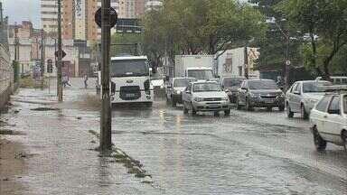 Fortaleza amanhece mais uma vez com chuvas - Chuva alagou ruas e atrapalhou a ida ao trabalho de muita gente.