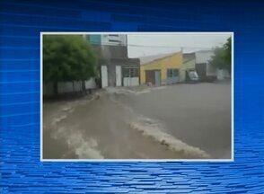 Chuva provoca correntezas em ruas de Serra Talhada, no Sertão - Foram aproximadamente 40 minutos de chuva na cidade.