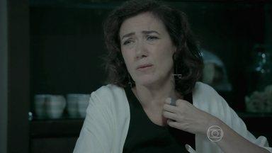 Marta pede para Lucas tentar convencer José Pedro a fazer exame de DNA - Amanda aconselha o noivo a não contrariar Zé Alfredo e os dois acabam discutindo