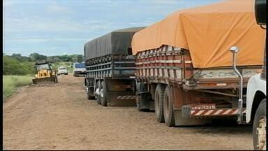 Caminhão atola em estrada no interior de Alegrete, RS - Demora no atendimento fez fila de mais de 20 caminhões.
