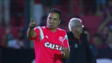Com gestos, Luxemburgo reclama com árbitro de Flamengo e Brasil de Pelotas - Com gestos, Luxemburgo reclama com árbitro de Flamengo e Brasil de Pelotas