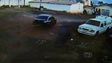 Agente prisional é detido após ajudar na fuga de detento em Goiás - Segundo polícia, servidor levou reeducando embora em seu próprio carro. Corporação ainda apura envolvimento de policial e outro agente no crime.