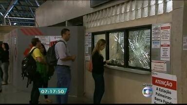 Pessoas depredam parte da estação Palmeiras-Barra Funda - A volta para casa na quarta-feira (25) foi muito confusa para quem estava no terminal Palmeiras-Barra Funda. Muitas pessoas exaltadas depredaram parte da estação. As barras de isolamento serviram como armas.