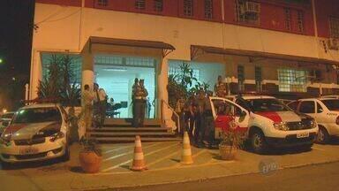 Ex-PMs suspeitos de matar adolescente são transferidos para presídio - Na noite desta quarta-feira (25) os ex-policiais, que estavam na cadeia anexa ao 2º Distrito Policial de Campinas, foram levados para o Centro de Detenção Provisória de Pinheiros, em São Paulo.