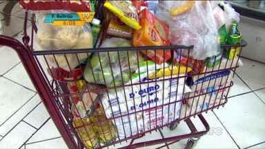 Em Maringá, consumidores vão aos mercados para garantir alimentos. - Moradores estão preocupados por causa dos protestos dos caminhoneiros, que causam diminuição no número de fretes.