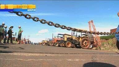 Mais de 60 trechos seguem bloqueados por caminhoneiros no RS - Categoria protesta contra o preço dos combustíveis.
