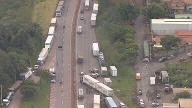 Caminhoneiros desocupam rodovias parcialmente interditadas na Fernão Dias - Caminhoneiros desocupam rodovias parcialmente interditadas na Fernão Dias