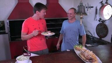 Repórter Felipe Suhre foi atrás de uma receita deliciosa em Ilha Bela, litoral paulista - A missão era procurar o Adriano, que tem um quiosque e prepara um peixe maravilhoso