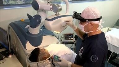 Transplante capilar é feito com ajuda de um robô - As técnicas de implante capitar estão ficando cada vez mais modernas. Em São José do Rio Preto, no interior de São Paulo, tem até robô fazendo o procedimento.