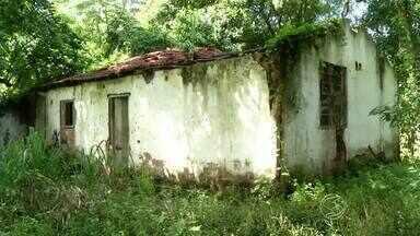 Cemitério abandonado gera reclamação no distrito de Floriano, em Barra Mansa, RJ - Quem vive nas proximidades se queixa do mato alto, má conservação, lixo acumulado e pratos espalhados que podem virar criadouros do mosquito da dengue.