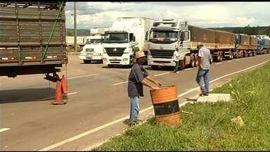 Caminhoneiros liberam a BR-364 após ordem judicial, em Mineiros - O ato integrou a série de manifestações que ocorrem em todo o país contra o preço dos combustíveis e o baixo valor do frete.