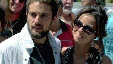 Clara provoca climão e Enrico anuncia mudança radical - José Pedro parabeniza os noivos. Cristina cumprimenta o casal, mas demonstra tristeza ao ouvir a notícia. Enrico é consolado pelos familiares