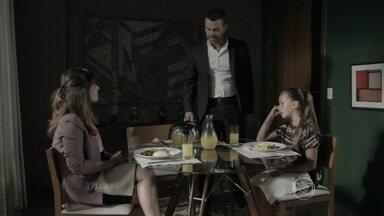 Bruna enfrenta Danielle e Maurílio - A menina defende Zé Pedro e ameaça denunciar a mãe e o vilão