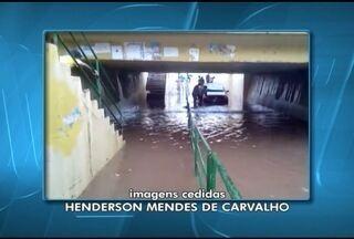 Forte chuva surpreende moradores de Montes Claros - Um carro ficou ilhado debaixo de um viaduto.