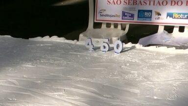 Bolo de 450 metros celebra o aniversário do Rio - O bolo está na Rua da Carioca, no Centro do Rio, neste domingo (1º). Serão cerca de 8 mil pedaços distribuídos. A torta será cortada às 10h, após o parabéns oficial.