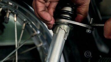 Suspensão regulada evita acidentes em motos de baixa cilindrada - Piloto Leandro Mello mostra quais ferramentas utilizar para regular a suspensão de motocicletas pequenas.