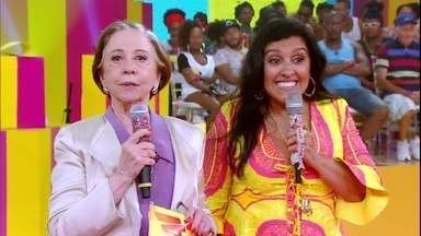 Fernanda Montenegro emociona Regina Casé - Veterana relembra prêmio de melhor atriz que Regina recebeu no Festival de Sundance pelo filme 'Que Horas Ela Volta?' e convida a diretora Anna Muylaert ao palco
