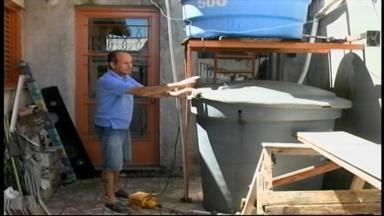 Conheça famílias que dão exemplo de economia de água - Reservatórios armazenam águas da chuva e da máquina de lavar.