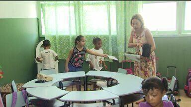 Em Guarujá, uma professora trabalha com música na sala de aula - A iniciativa incentiva crianças, jovens e adultos na sala de aula.