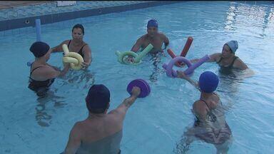 Professor ministra aulas de hidroterapia em Guarujá - Ele dá aulas de hidroterapia em um Centro de Atividades Educacionais. A dedicação e o carinho tem ajudado na reabilitação de muitos alunos.