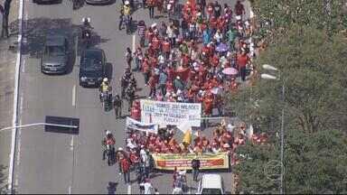 Trabalhadores protestam contra modificações em direitos trabalhistas - Trânsito ficou complicado na Avenida Agamenon Magalhães.