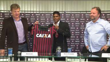 Indiano Romeo Fernandes é a nova aquisição do Atlético-PR - Elogiado pelo Zico, atacante chegou de forma tímida na apresentação