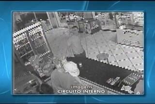 Câmeras de segurança registram assalto a um bar em Montes Claros - Bandidos fugiram do local levando dinheiro e garrafas de whisky. Caso é investigado pela Polícia Civil.