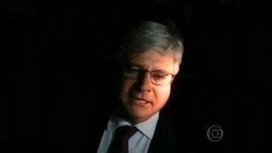 Janot vai entregar lista de políticos suspeitos de envolvimento em corrupção ao STF - A lista de suspeitos de envolvimento no esquema de corrupção da Petrobras deve ser entregue nesta terça-feira (3) ao Supremo. O procurador-geral da República vai pedir abertura de inquérito.