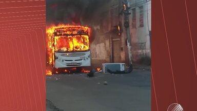 Parentes e amigos de adolescente morto em susposta ronda policial fazem protesto - O jovem de 17 anos foi morto no último fim de semana em Salvador. Durante a manifestação, um ônibus chegou a ser incendiado e o trânsito na região da Calçada e do comércio travou.
