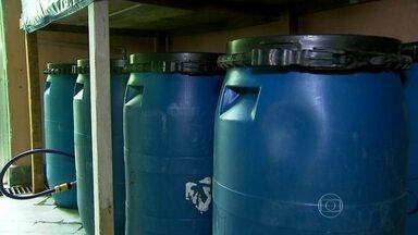 Consumidores usam a criatividade para economizar água e baixar a conta no final do mês - A engenhoca criada por um empresário de Sapopemba, na Zona Leste da capital, é uma das invenções dos consumidores. O cano sai da calha e distribui a água em 10 bombas que se interligam. Delas, a água vai para um reservatório de mais 1000 litros e é usada para lavar a casa e até o carro.