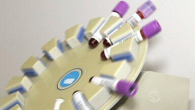 Teste rápido feito em Resende, RJ, ajuda detectar dengue no início - Diagnóstico precoce ajuda no tratamento; médico explica sobre nível de plaquetas no sangue, que indicam a gravidade da doença.