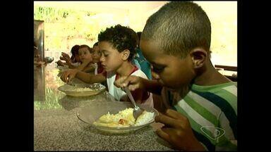 Mais do dois mil estudantes estão sem merenda escolar adequada em Alegre, no ES - Em trinta escolas da prefeitura resta apenas arroz, angu e um pouco de carne.