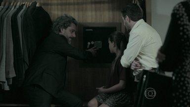 José Alfredo abre o cofre de Maurílio - Maurílio revela para Danielle a senha de seu cofre