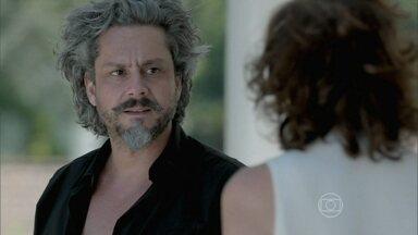 Zé Alfredo faz revelação bombástica para Marta - O casal fica extasiado com o que encontra na piscina