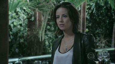 Clara diz para Ísis que Zé está em Petrópolis com Marta - Magnólia incentiva a filha a se impor mais. Isis se muda para a casa dos Medeiros