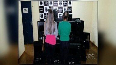 Polícia fecha duas casas de jogos de azar em Valparaíso de Goiás - Foram apreendidas 18 máquinas caça-níqueis e oito pessoas foram detidas.Investigações começaram após polícia notar movimentação suspeita.