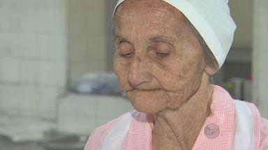 Dona Laércia, 83 anos, é a funcionária mais antiga da Santa Casa de Campinas - Dona Laércia dedica meio século de vida preparando alimentação de funcionários e pacientes da Santa Casa de Campinas.