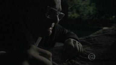 Silviano se assusta com o que vê na mansão - Ele descobre que Zé Alfredo pegou o dinheiro escondido na piscina