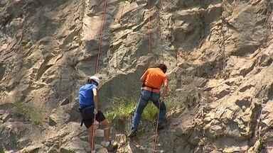 No paredão de São Roque - Marcos Paiva se aventurou no Rapel e desceu um paredão de 70 metros. A cidade de São Roque é privilegiada pelas formações rochosas, que mistura natureza com altura. Confira!