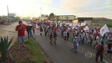 Manifestação é realizada em Betim, na Grande BH - Eles caminharam pela Rodovia Fernão Dias e protestaram em frente à Regap.