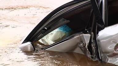 Carro cai em rio ao ser atingido por carreta e deixa 4 mortos na GO-020 - Bombeiros continuam busca por outras possíveis vítimas no Rio Meia Ponte. Caminhão colidiu na traseira do veículo; caminhoneiro não se feriu.