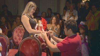 Jovem surpreende namorada e faz pedido de casamento no Teatro AM - Pedido ocorreu durante apresentação da Orquestra Amazonas Filarmônica.