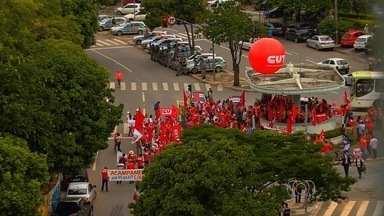 Grupo faz ato em defesa da Petrobras e pede reforma política, em Goiânia - Manifestantes se concentraram na Praça Cívica, no Centro da capital. Reforma agrária e direitos dos trabalhadores também foram reivindicados.