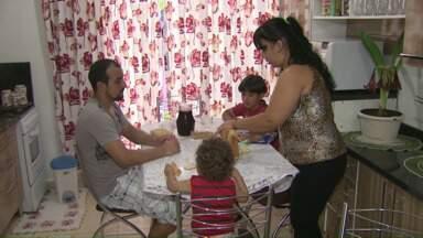 ParanáTV mostra como funciona o projeto Família Acolhedora - Para se cadastrar no programa, precisa ligar no (45) 3902-1747.