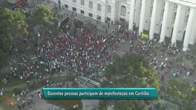 Manifestantes protestam nas ruas de Curitiba nesta sexta-feira - Os manifestantes saíram às ruas em defesa da Petrobrás, dos direitos conquistados pelos trabalhadores e em defesa da reforma política.