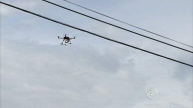 """Prefeitura de Várzea Paulista usa drone para localizar focos do mosquito da dengue - Em Várzea Paulista a tecnologia é usada para localizar possíveis focos do mosquito da dengue. O drone """"o objeto voador sem tripulantes"""" sobrevoa a cidade e registra fotos e vídeos dos locais."""