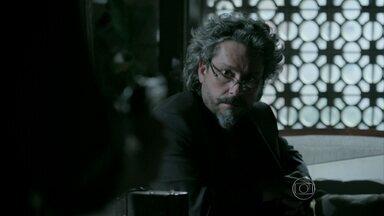 Josué aponta arma para José Alfredo - Comendador descobre pista sobre esconderijo de Zé Pedro