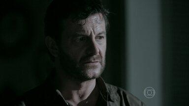 Josué entrega arma para Zé Alfredo - Vicente decide ir até o bairro onde fica o galpão da antiga fábrica da família de Silviano. Marta teme pela integridade do marido e do filho