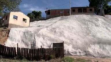 Prefeitura cumpri promessa em bairro de Cariacica, no ES - Moradores pediram solução para barrando que ameaçava desabar.
